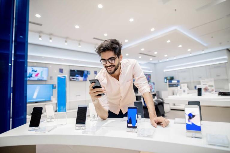man-buying-phone-on-device-finance